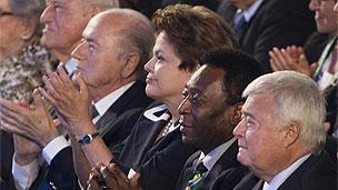 Rais wa Brazil akiwa na viongozi wa Fifa pamoja na Pele
