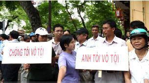 Người ủng hộ bên ngoài phiên tòa hôm 02/08