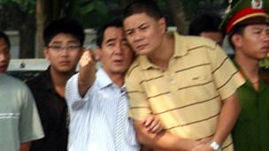 Đại úy Minh (người mặc áo vàng) trong cuộc biểu tình 17/07