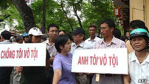 Người ủng hộ ông Cù Huy Hà Vũ trước cửa Tòa án TP Hà Nội