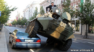 维尔纽斯市长驾驶坦克碾过违章泊车。