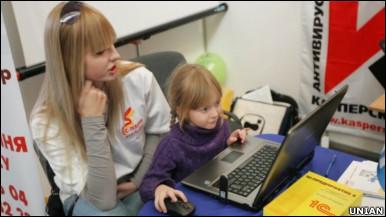 дівчинка_користується_компютером