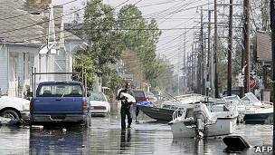 """飓风""""卡特里娜""""吹袭后灾民在淹水的社区涉水而行(4/9/2005)"""