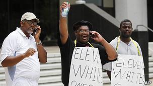 民权人士在新奥尔良联邦法院外得知判决后欢呼(5/8/2011)