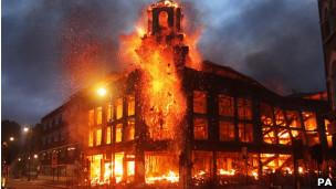 Bombeiros tiveram dificuldade para controlar o fogo em meio ao tumulto