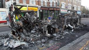 Tottenham amanheceu com cordões de isolamento e destroços nas ruas
