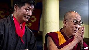 Ông Lobsang Sangay đứng sau Đức Đạt Lai Lạt Ma trong buổi lễ nhậm chức