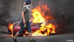 Carro pega fogo em Hackney. Foto: Getty Images