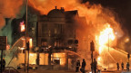 Nhà bị những kẻ gây bạo loạn đốt cháy