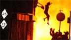 Một người nhảy ra khỏi nhà trốn hỏa hoạn