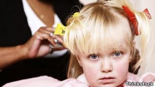 Criança tem o cabelo penteado