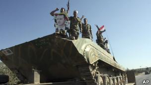 جنود سوريون يهتفون للأسد في طريق خروجهم من إدلب