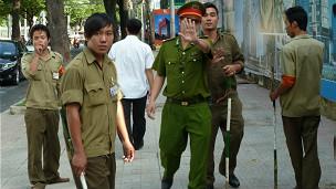 Bên ngoài phiên xử ông Phạm Minh Hoàng 10/08