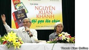 Nhà văn Nguyễn Xuân Khánh (trái) và Phạm Xuân Nguyên