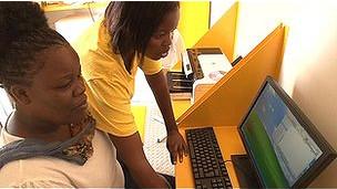 Una mujer frente a una computadora