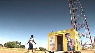 Una mujer camina hacia un centro de comunicaciones