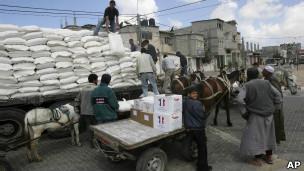 Foto de archivo de entrega de alimentos en Gaza (2008)