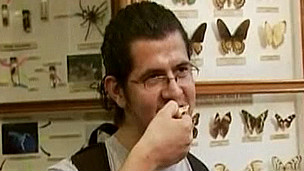 Hombre provando salsa de larvas