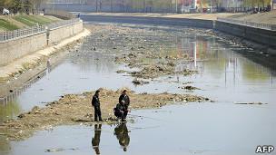 北京某受污染河道上几名居民在垂钓(29/3/2011)