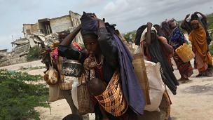 Fila de somalíes en traslado.