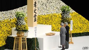 日本天皇夫妇向战争死难者致敬