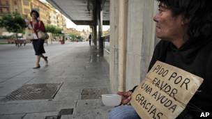 Desempregada espanhola pede ajuda em rua de Pamplona