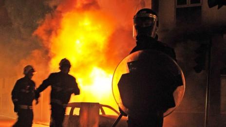 Cảnh sát bên các ngôi nhà và xe hơi bị bốc cháy ở Croydon, London