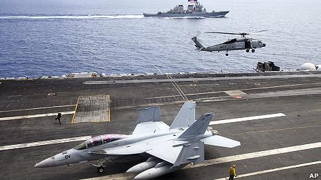 Máy bay chiến đấu và trực thăng trên Hàng không mẫu hạm USS George Washington và  Tàu chiến USS John S. McCain ở phía xa