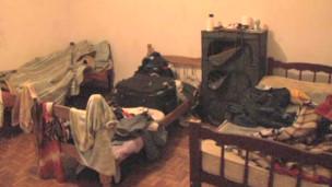 Alguns imigrantes vivem nas próprias oficinas, em condições consideradas precárias