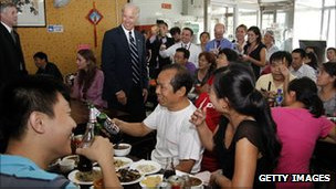 Phó Tổng thống Joe Biden (ở giữa) tại quán ăn ở Bắc Kinh