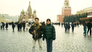 Vladimir Prestes, ao lado de sua irmã, na Praça Vermelha, em foto  de 2001