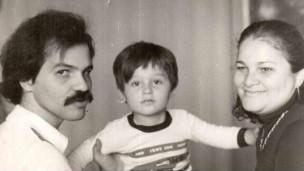 Vladimir Prestes, ao lado do pai, Antonio João Prestes, e da avó,  Maria Ribeiro (Arquivo Pessoal)