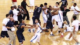 八一篮球队与美国乔治城大学队球员扭打(18/8/2011)