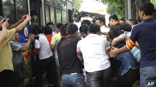 Người biểu tình bị đưa lên xe buýt