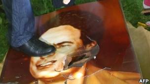 Dẫm chân lên hình Đại tá Gaddafi