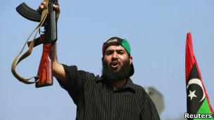 Rebelde en Trípoli celebran el avance de los rebeldes en la capital libia
