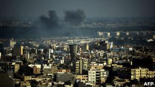 Fumaça originária de conflitos em Trípoli nesta segunda (AFP)