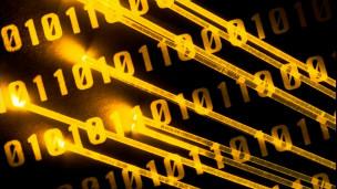 Código binário e cabo de fibra ótica.