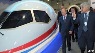 Путин возле макета самолета МС-21