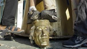 رأس تمثال القذافي