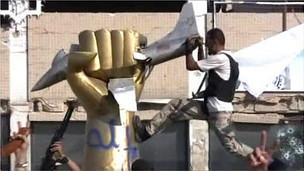 Quân nổi dậy ở Tripoli đập tượng có hình đầu Đại tá Gaddafi
