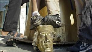Quân nổi dậy đạp lên đầu bức tượng Đại tá Gaddafi