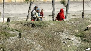 Mujere y tumbas en Cachemira.
