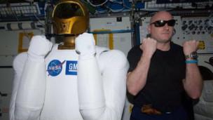 رجل الفضاء الالي روبونوت يتواصل عبر تويتر