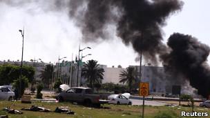 Batalha em Trípoli tem primeiros sinais de massacre, Khadafi promete 'destruir' rebeldes