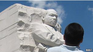 Un joven admira el monumento a Martin Luther King
