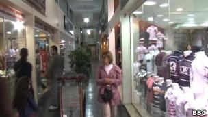 Galeria na rua Conde de Sarzedas (Foto: BBC)