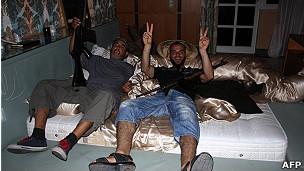 Rebeldes libios en la casa de la hija de Gadafi.