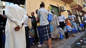 Líbios fazem fila para conseguir água em bairro de Trípoli (AFP)