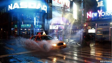 空荡的纽约时代广场上一辆出租车驶过(27/8/2011)